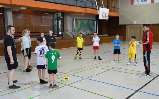 David Zentarra (rechts) gibt den Teilnehmern Erläuterungen für die nächsten Übungen. (Foto: Karsten-Thilo Raab)