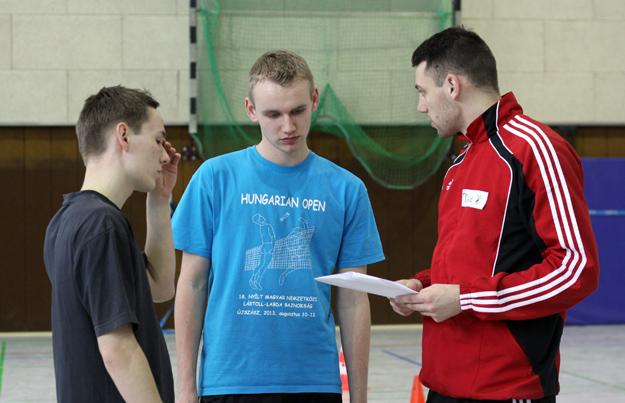 Der Trainerstab bei der Besprechung: (v.l.) Torben Nass, Philip Kühne und David Zentarra.