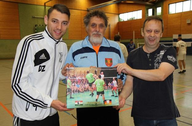 Janos Feher (Mitte), Präsident des ungarischen Verbandes, überreichte David Zentarra (links) und dem FFC-Vorsitzenden Uwe Walter ein Erinnerungsbild zum 25-jährigen Jubiläum. (Foto Karsten-Thilo Raab)